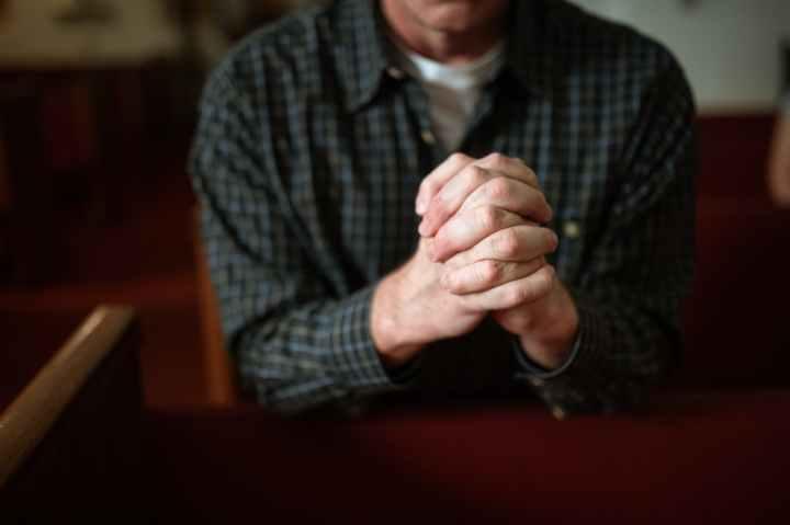 «Bisher gab es das nur heimlich» – katholischer Seelsorger segnet queeresPaar